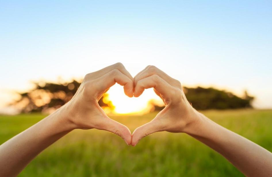 χέρια που σχηματίζουν καρδιά