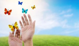 Χέρια με πεταλούδες